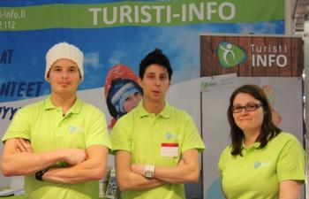 Big Brotherista tuttu Petri Tiainen ja Turisti-Infon oppaat valmiina messuille.